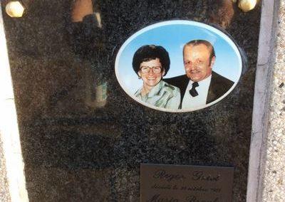 Gravures sur plaque funéraire à Liège